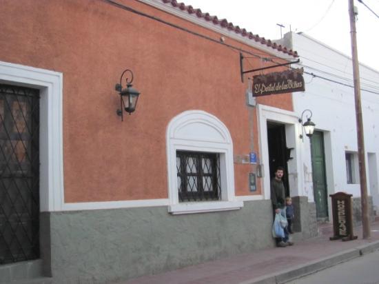 El Portal de las Viñas: entrada del hotel, a media cuadra de la plaza principal