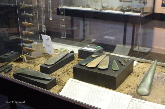 Musée de Préhistoire: Vitrines de haches en pierres polies