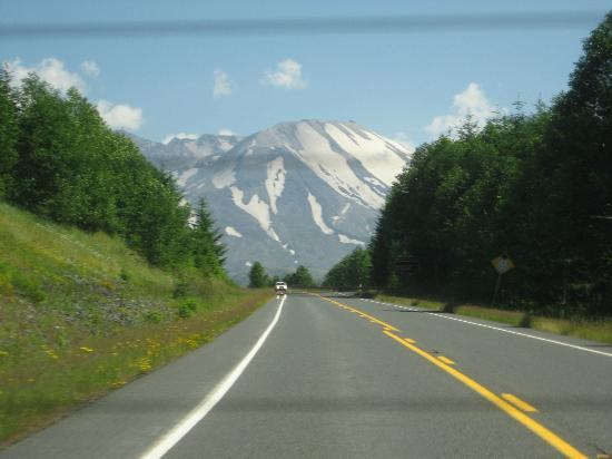 Hotel RL Olympia by Red Lion: View from the road of Mt. St. Helens