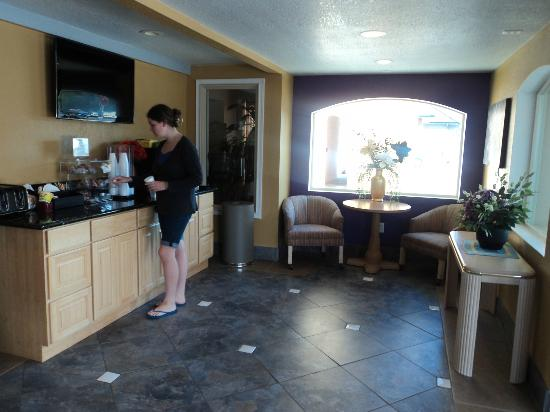 Knights Inn Newport: Lobby and breakfast counter