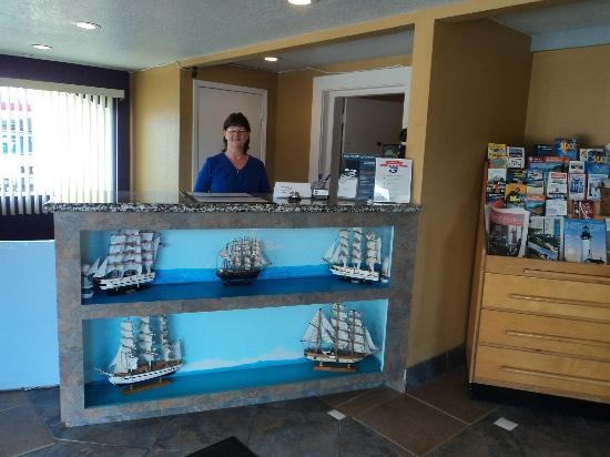 Knights Inn Newport: Front desk and owner