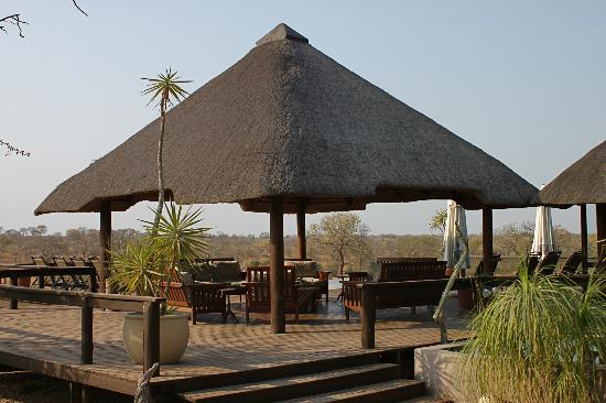 ‪نكورهو بوش لودج: the outdoor LOBBY, overlooking the Savannah and Waterhole