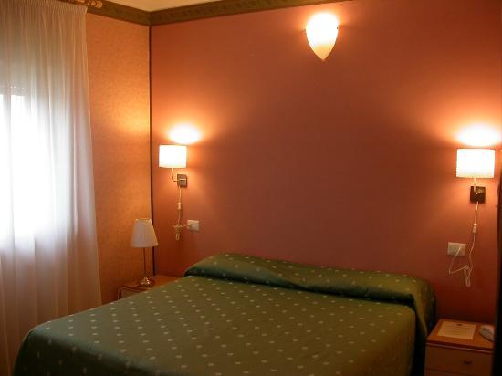 Hotel il Roscio: camera matrimoniale