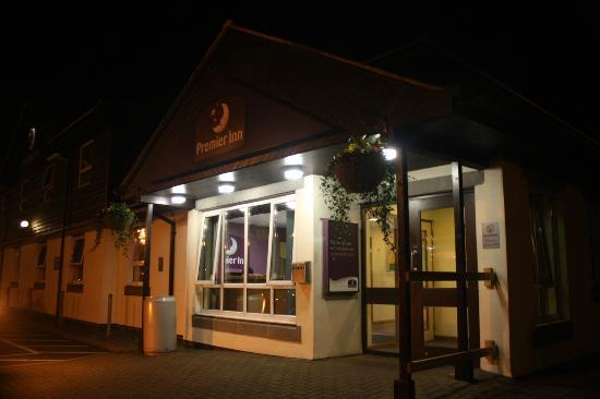 Premier Inn Hayle: Exterior of hotel at night