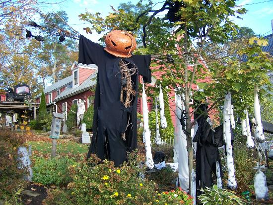 Winterport, ME: Halloween 2012, belles décorations situé près du restaurant * 4 Points BBQ and Blue House*