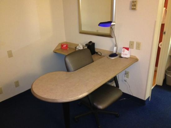 Red Roof Inn Syracuse: Desk area w/ coffee maker