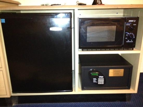 Red Roof Inn Syracuse: Built-in microwave, fridge & safe