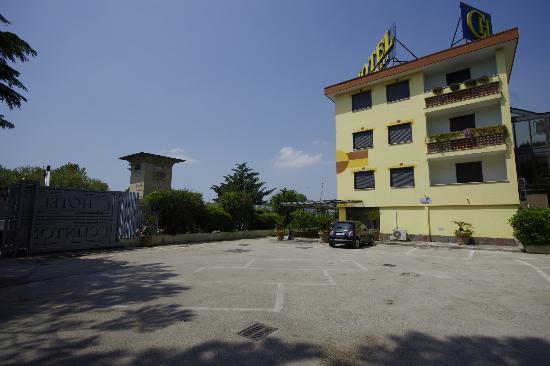 Hotel Clinton : AMPIO PARCHEGGIO