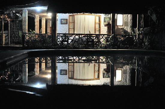 Samay Juku: Reflejo nocturno del hotel en la piscina