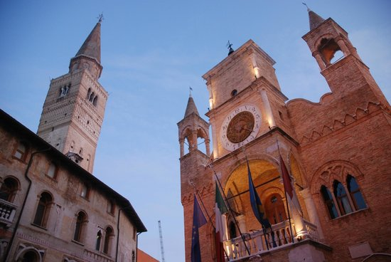 Pordenone, Italia: Il Municipio e il campanile del Duomo, simboli della Contrada Maggiore