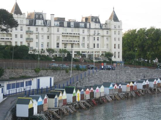 ‪ذا جراند هوتل: The Grand Hotel and the beach huts‬