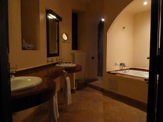 Rose Garden Resort & Spa: Bathroom