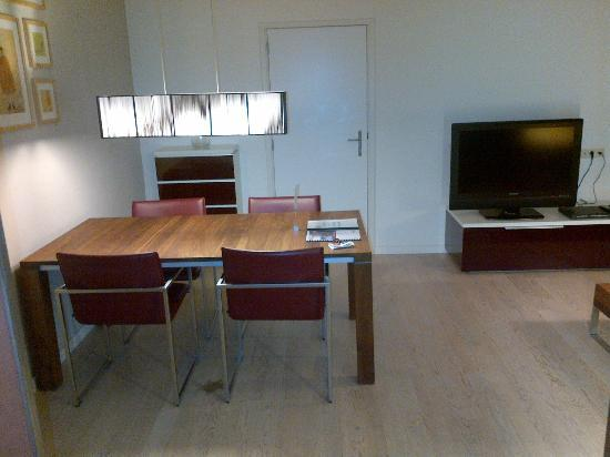 Htel Amsterdam: Living room with dining table