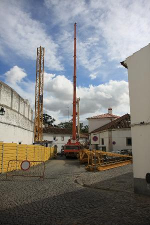 M'AR De AR Muralhas: Picture of construction crane blocking main road to the hotel