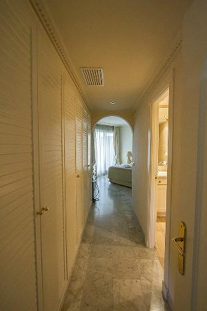 Coral Beach Aparthotel: Corridor with closets, masters bedroom