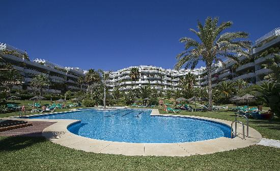 Coral Beach Aparthotel: Garden and pool