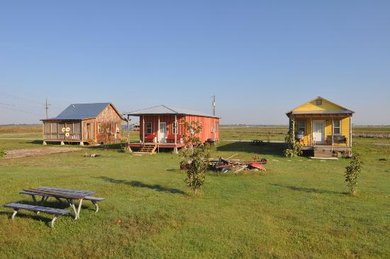 Shack Up Inn: Shacks with Picnic Tables in Center