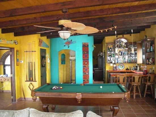 Casa Farolito Bed & Breakfast: Pool room bar area