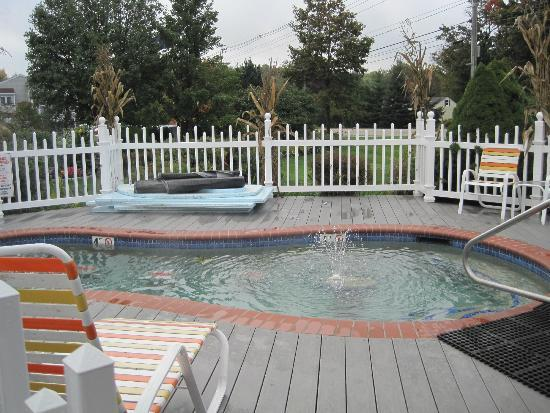 Meadowmere Resort: Outside Hot Tub