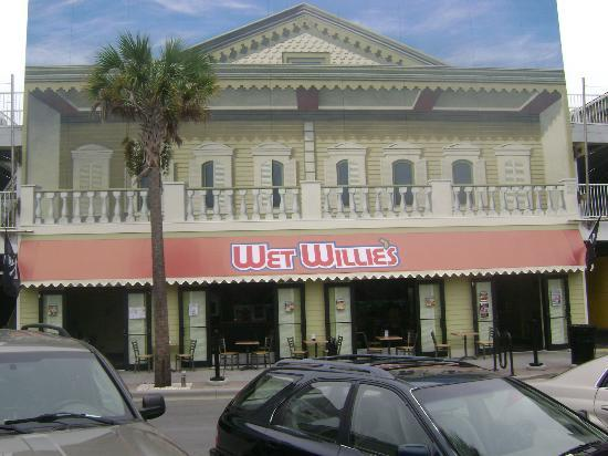 Sea & Breeze Hotel: Front of hotel from street. Great for Wet Willie's fans!