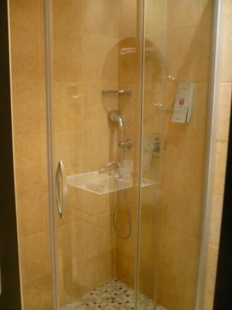 Salles Hotel Aeroport Girona: Showers