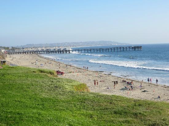 Pacific Shores Inn: Stranden nedanför hotellet