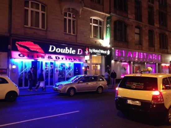 City Hotel-West: dalla foto si vede proprio l'ingresso dell'hotel in mezzo a due sex-shops