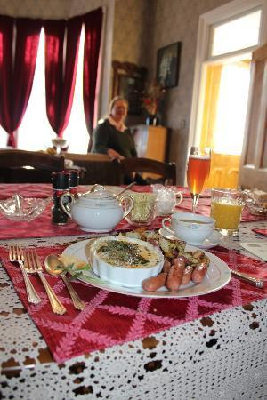 B Street House Bed and Breakfast: Wonderfully Delicious Breakfast made by Carolyn the owner..