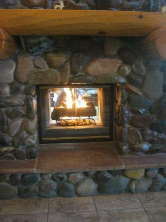 C'mon Inn: Front entrance fireplace