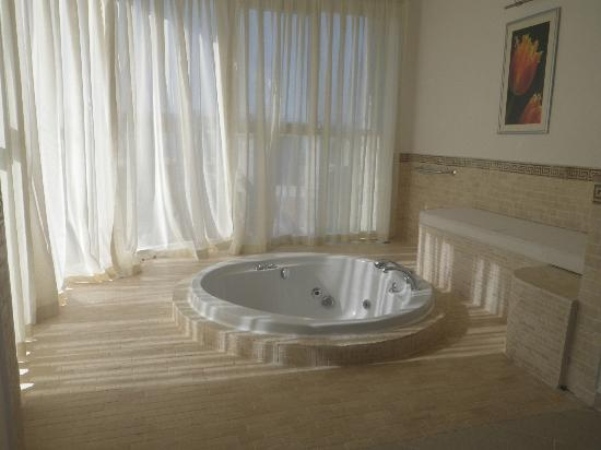 Nicholas Heights Deluxe Suite Hotel: jacuzzi