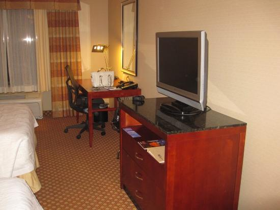 Hilton Garden Inn San Diego Del Mar : Desk and TV