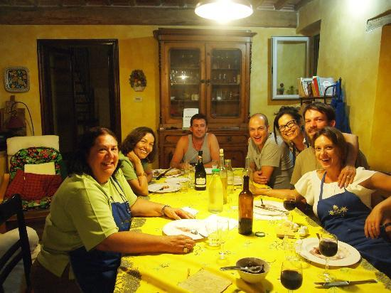 Azienda Agrituristica Abbacca-la: Group dinner in Lella's kitchen after a cooking lesson.