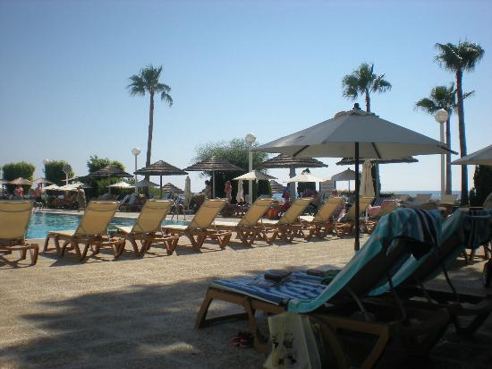 Atlantica Miramare Beach: lunch time at the adult pool