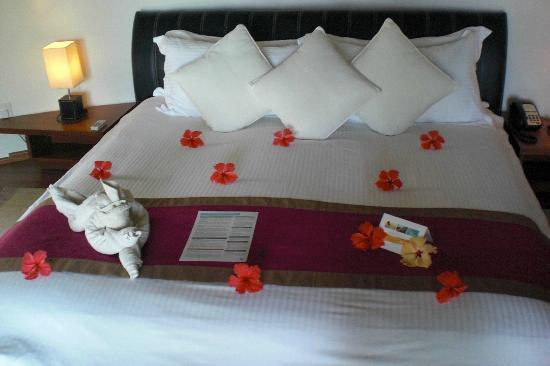 Kuramathi Island Resort: Our bed on arrival