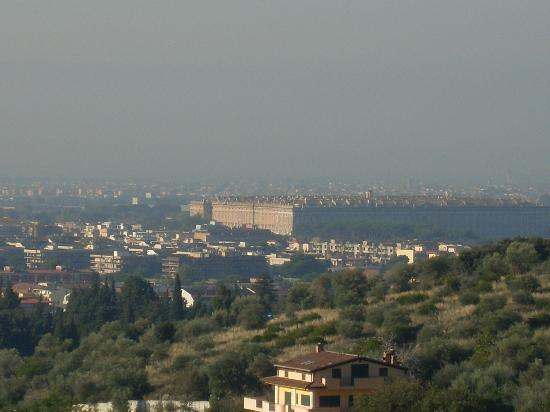 Bed & Breakfast MontAlbano: you can see Caserta Palace from the balcony