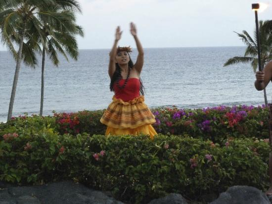 Grand Hyatt Kauai Resort & Spa: Sunset hula and torch lighting celebration