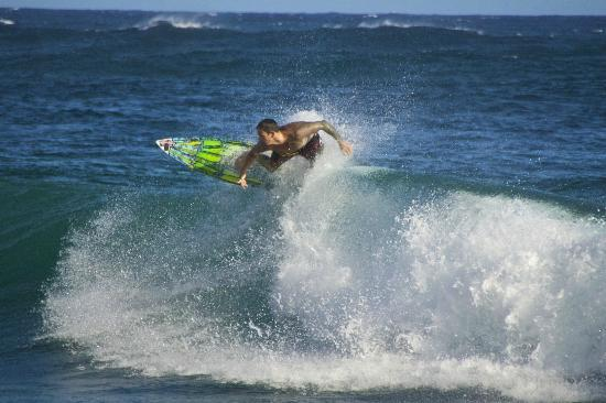 Grand Hyatt Kauai Resort & Spa: Great fun watching local surfers when the surf is up!