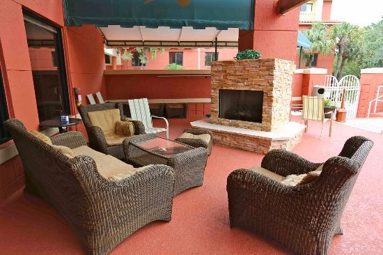 Best Western Plus Palm Beach Gardens Hotel & Suites & Conference Center: Outdoor Fireplace
