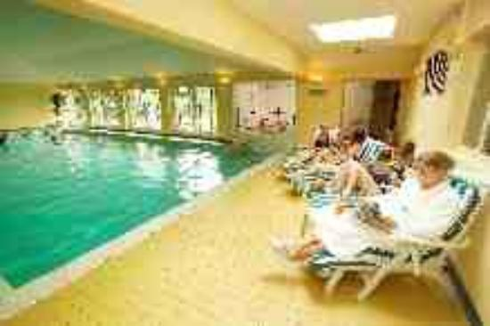 Middlethorpe Spa: The indoor swimming pool with views to a private garden and terrace