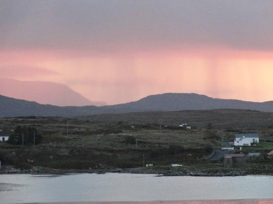 Roundstone House Hotel: Roundstone morning looking over Inishnee
