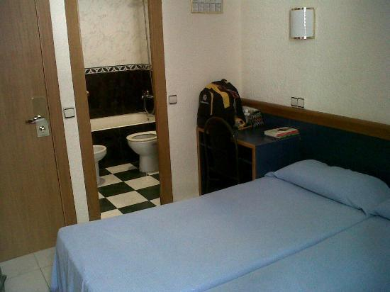 Roma Reial Hotel: interno della modesta e pulita camera