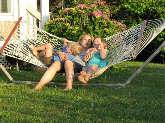Shorecrest Bed & Breakfast: Snuggling in the hammock.