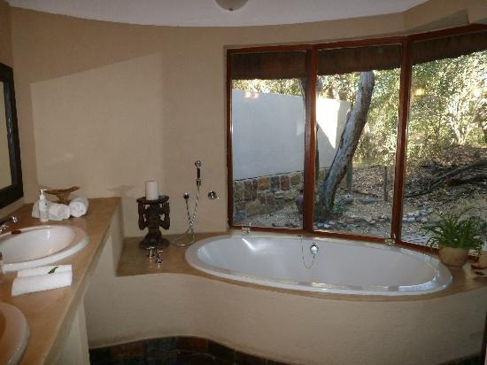 Serondella Game Lodge: Bathtub overlooks the watering hole