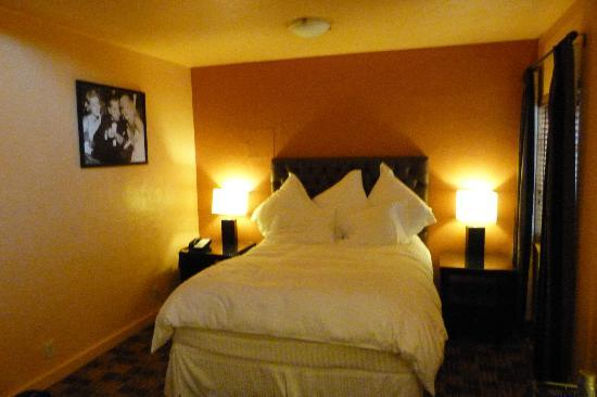 Inn at El Gaucho: Finest Linen and Plush Pillows on Cruiseliner type bed