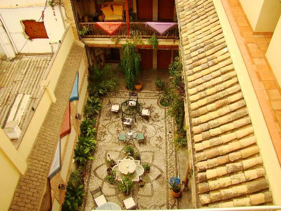 Abadia Hotel Granada: Central courtyard