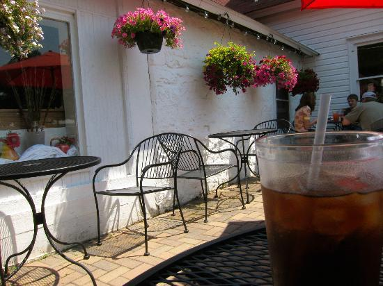 Chef's Hat Cafe : Outdoor Summer Patio lunchtime