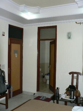 Hotel Tara Palace: Entry and bathroom