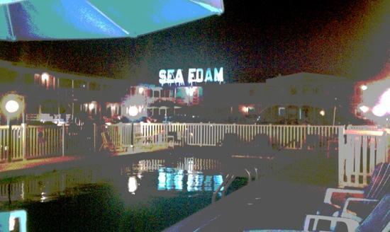 Sea Foam Motel: The Sea Foam at night