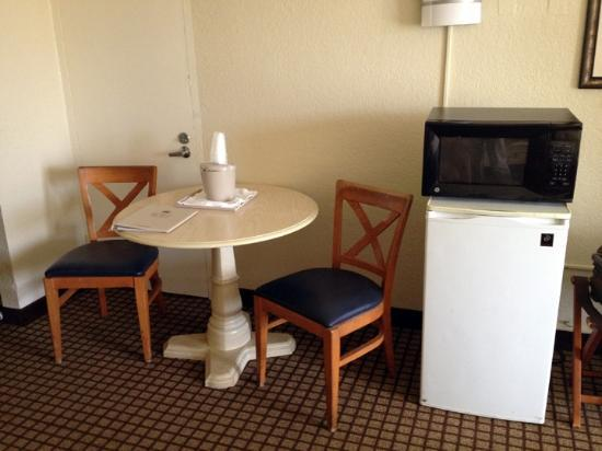 International Palms Resort & Conference Center Cocoa Beach: The table, refrigerator and microwave in my room