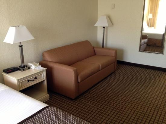 International Palms Resort & Conference Center Cocoa Beach: The couch seating area.